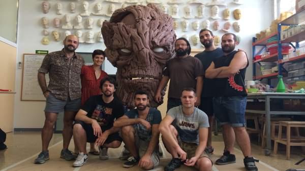 Noé Serrano (con gafas), junto a la cabeza del monstruo y el equipo de DDT