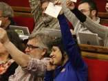 Diputados de la CUP en el Parlament con la papeleta para el referéndum en la mano.