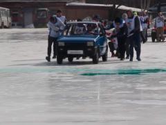 'Curling' con coches en Rusia