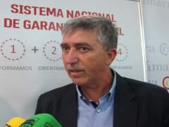 El conseller d'Economia, Rafael Climent, atenent als mig