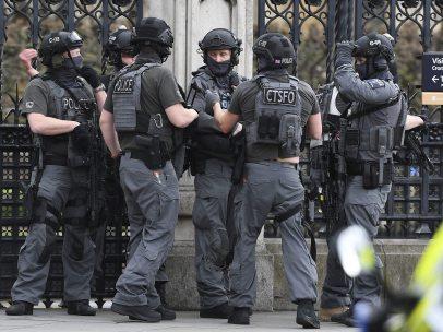 Agentes protegen las inmediaciones del Parlamento