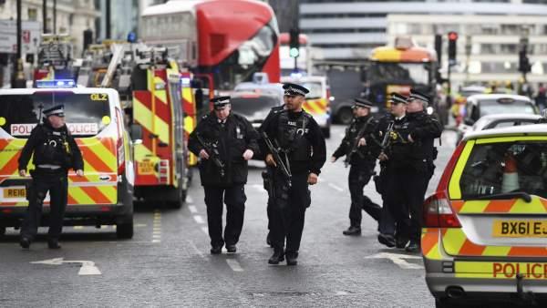 Policías británicos en el Puente de Westminster de Londres