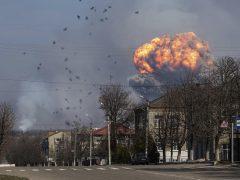 Evacúan una ciudad de Ucrania tras la explosión de un depósito de armas