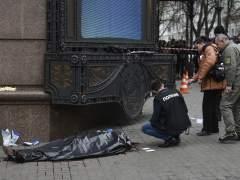 Un policía inspecciona la escena del crimen junto al cuerpo sin vida del exdiputado ruso Denis Voronenkov.