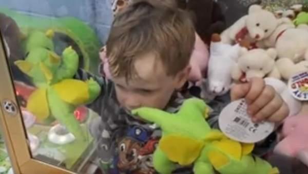 Un niño de tres años se queda atrapado en una máquina de muñecos