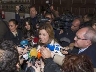 Susana Díaz comunica a su Ejecutiva que aspira a liderar el PSOE y que seguirá en la Junta