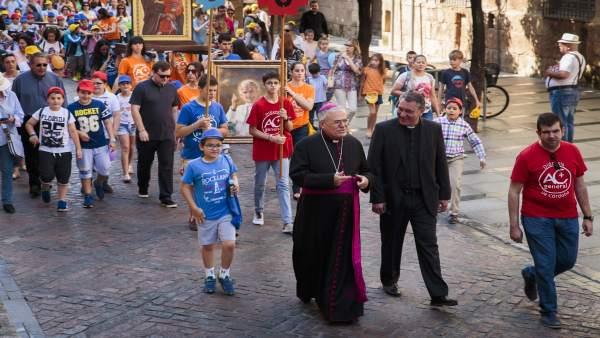 El obispo abre la procesión del encuentro de niños de 2016