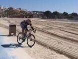 Una bicicleta accede a la playa