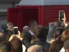El papa rompe el protocolo en Milán y se acerca a un urinario