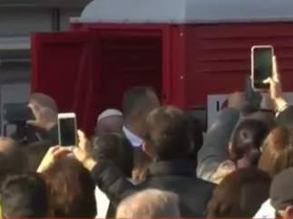 El papa Francisco rompe el protocolo en Milán y se acerca a un urinario portátil
