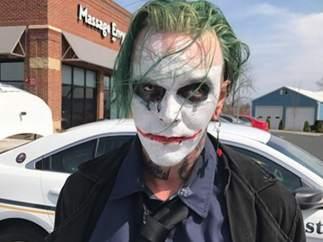 Detenido en Virginia un individuo con una espada y disfrazado del Joker, el malo de Batman