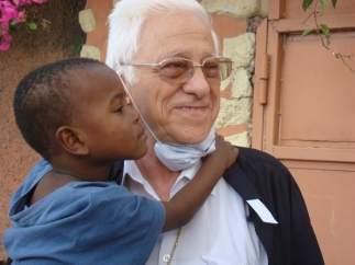 Padre Ángel con niño en Haití