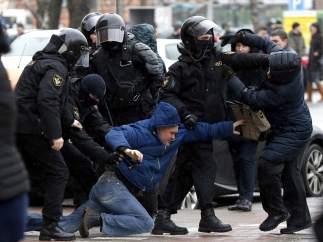 Cientos de detenidos durante una manifestación contra la 'ley de la vagancia' en Bielorrusia