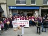 Un grupo de jóvenes miembros de Arran ante la sede del PP en Barcelona.