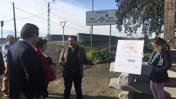 Valdivielso presenta el proyecto de la pasarela peatonal.