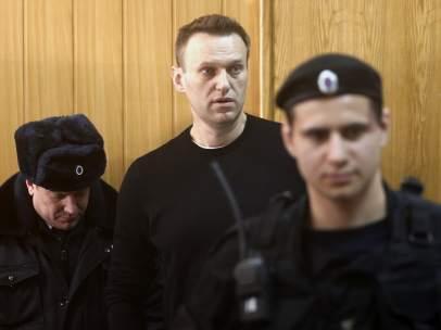 El líder opositor ruso Alexei Navalny escucha el veredicto en el tribunal, en Moscú (Rusia).