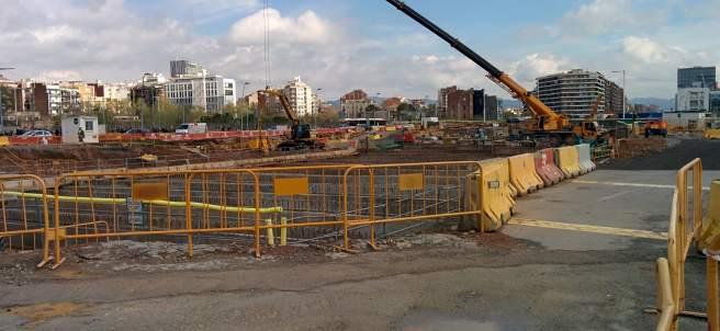 Obras de construcción de la nueva plaza de Glòries, en Barcelona.