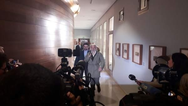 """Benavent critica el """"paperot"""" dels diputats durant la seua compareixença en Les Corts"""