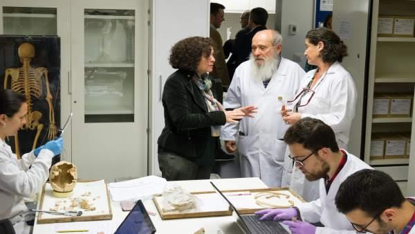 La rectora Pilar Aranda en el Laboratorio de Antropología de la UGR