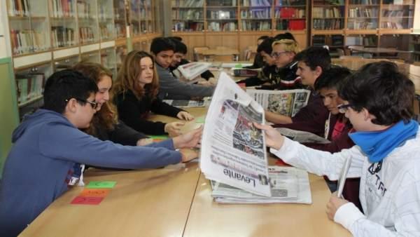 Els adolescents no lligen periòdics i solament coneixen les notícies per la tv o xarxes socials