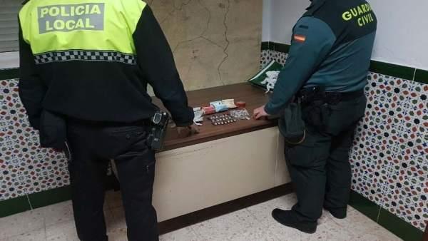 Agentes de la Guardia Civil y la Policía Local de La Palma del Condado.