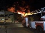 El fuego arrasa una nave en Madrid