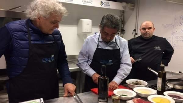 Miguel Ángel Revilla cocinando en 'Las Carolinas'