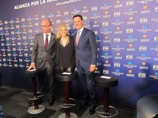 Jordi Cardoner, vicepresidente del Barça, la cantante Shakira y Xavier Bertolín de La Caixa presentando el proyecto de construcción de una escuela en Barranquilla (Colombia) en el Camp Nou.