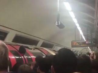Un pasajero de metro termina con la cabeza atrapada