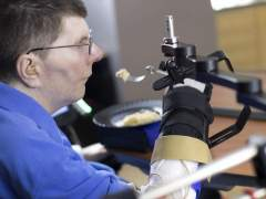 Un tetrapléjico recupera movilidad con un implante en el cerebro
