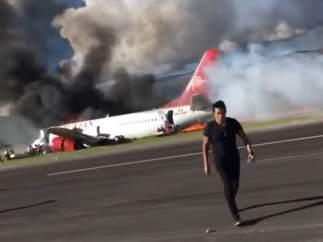 Imágenes del incendio de un avión en Perú