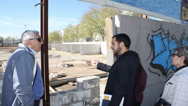 González Rojas visita uno de los solares.