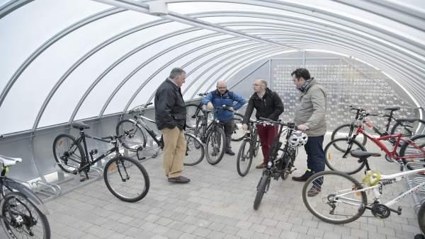 Visita de los miembros del Ayuntamiento al parking cubierto para bicis