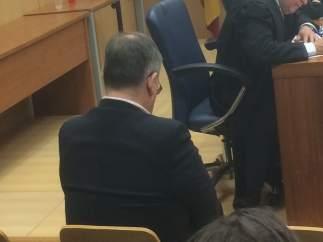 Médico acusado ante un jurado