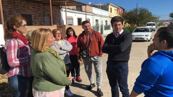 Guillermo García Longoria, con los vecinos de Marismas del Odiel.