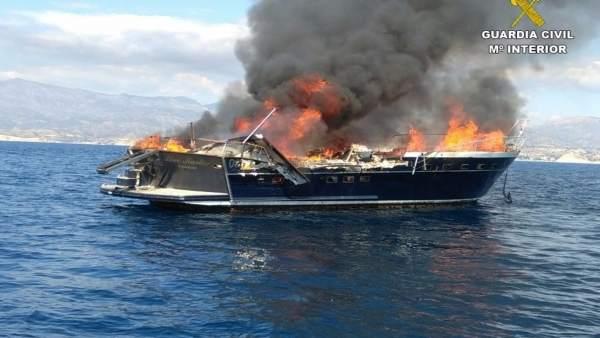 Tres tripulants holandesos rescatats després d'incendiar-se la seua embarcació enfront del Campello