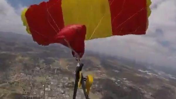 Se le enredan los paracaídas en pleno salto