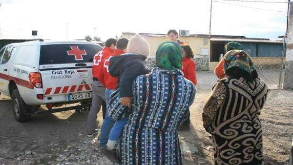 Voluntarios de Cruz Roja visitan un asentamiento de inmigrantes