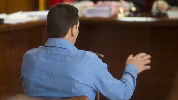El hombre acusado acusado de dejar parapléjica a su mujer declarando durante el juicio