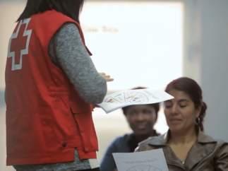 Personal de la Creu Roja ante personas atendidas