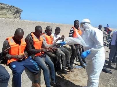 La Armada atiende a varones subsaharianos en la isla de Alborán