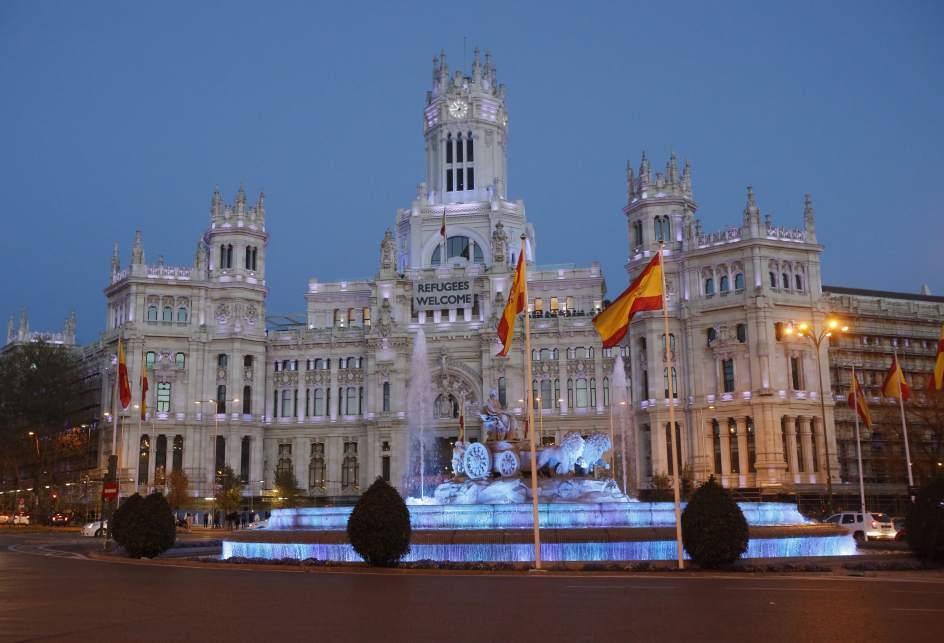 Palacio de Cibeles. La fachada de la Real Casa de Correos de la Puerta del Sol, sede del Gobierno de la Comunidad de Madrid, y la fuente de Cibeles, se han teñido de azul para mostrar su apoyo a las personas con Trastorno del Espectro del Austismo, en el Día Mundial de Concienciación sobre el Autismo.