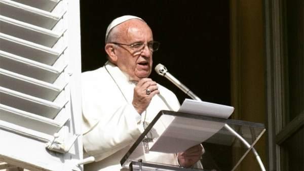 El Papa Francisco desde el balcón de su despacho en El Vaticano