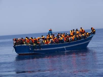 Barco con inmigrantes rescatado por MSF y MOAS en el Mediterráneo