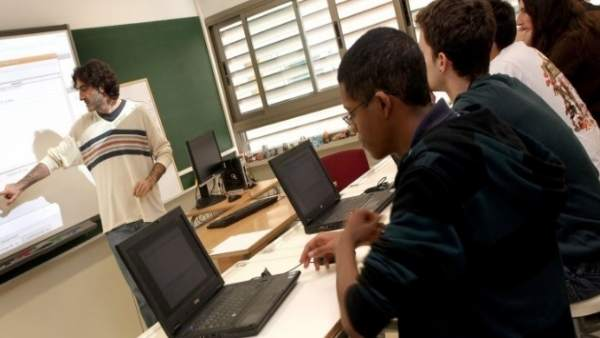 S'obri el període d'inscripció per a la formació en llengües del professorat valencià en les EOI