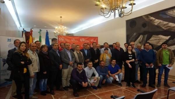El presidente de la Diputación de Huelva, Ignacio Caraballo, entrega ayudas.