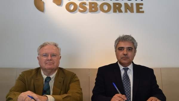 Firma del convenio entre ambas fundaciones.