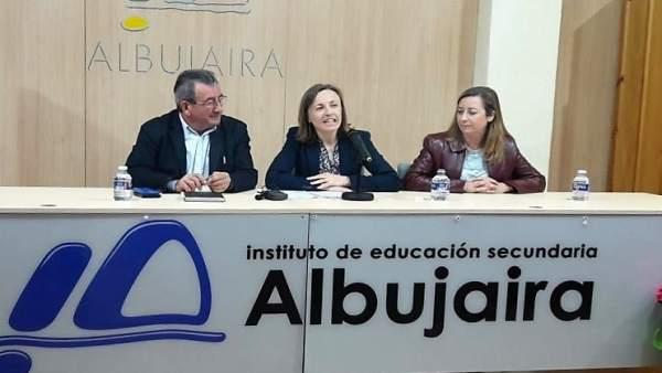 La delegada de Educación inaugura unas jornadas en el IES Albujaira