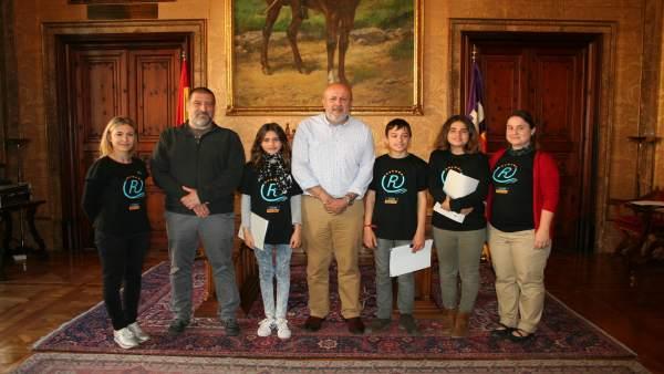 Miquel Ensenyat con alumnos del IES Binissalem