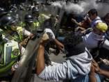 Enfrentamientos entre policía y opositores en Venezuela